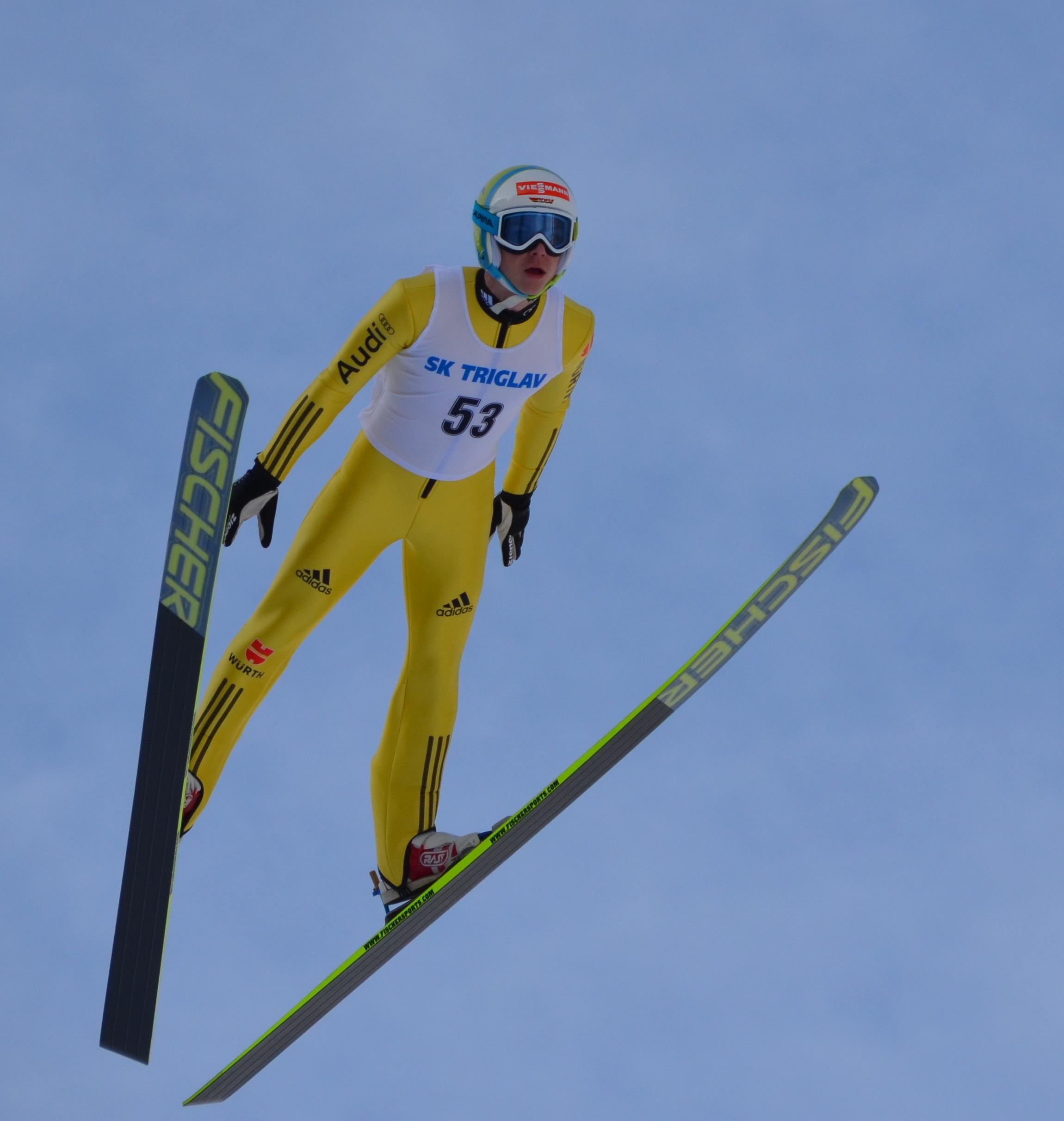 Internationale Klasse bewies Paul Hanf vor allem beim Springen. In der Loipe hatteder 17-Jährige aber die erwarteten Schwierigkeiten, sich gegen die körperlichüberlegenen Weltklasseathleten zu behaupten.